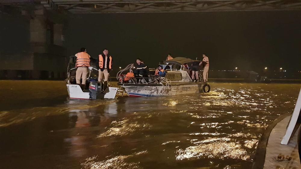 Xác định chủ xe Mercedes rơi từ cầu Chương Dương xuống sông Hồng-5