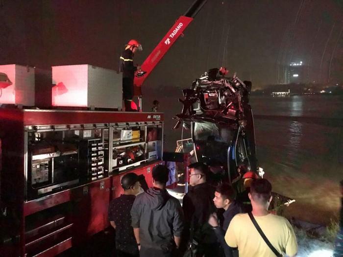 Thông tin bất ngờ vụ ô tô Mercedes lao xuống sông Hồng: Cả hai nạn nhân đều là nữ-1