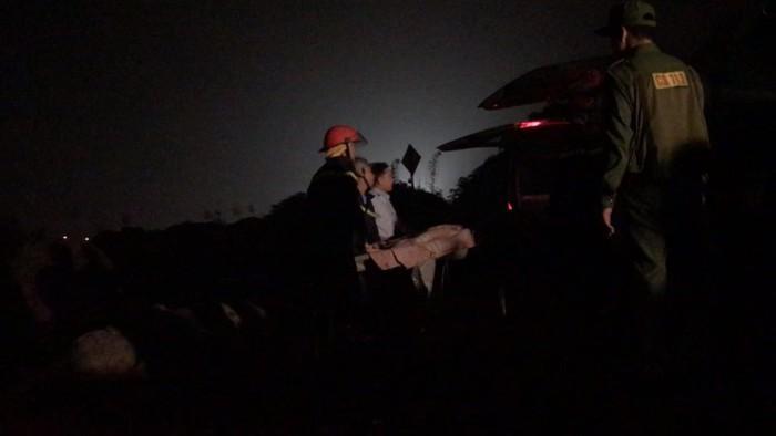Thông tin bất ngờ vụ ô tô Mercedes lao xuống sông Hồng: Cả hai nạn nhân đều là nữ-2