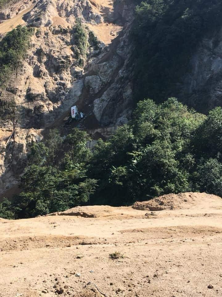 Lai Châu: Xe container lao xuống vực đứt đôi, tài xế mất tích-2