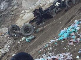 Lai Châu: Xe container lao xuống vực đứt đôi, tài xế mất tích