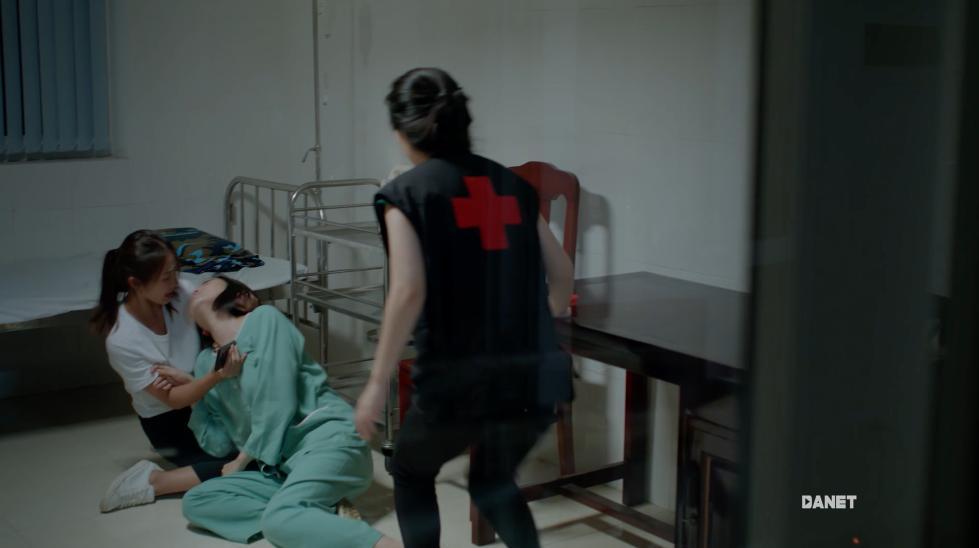 Hậu duệ mặt trời Việt Nam mắc sai lầm ngớ ngẩn: bệnh nhân mắc virus truyền nhiễm nguy hiểm, bác sĩ vô tư sờ tay khám chẳng sợ chết-5