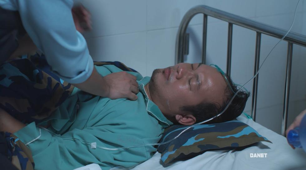 Hậu duệ mặt trời Việt Nam mắc sai lầm ngớ ngẩn: bệnh nhân mắc virus truyền nhiễm nguy hiểm, bác sĩ vô tư sờ tay khám chẳng sợ chết-4