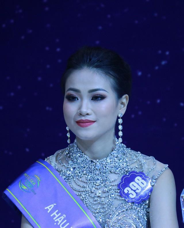 Giật mình trước nhan sắc thay đổi chóng mặt của Tân Hoa hậu Trái Đất chỉ sau nửa năm!-3