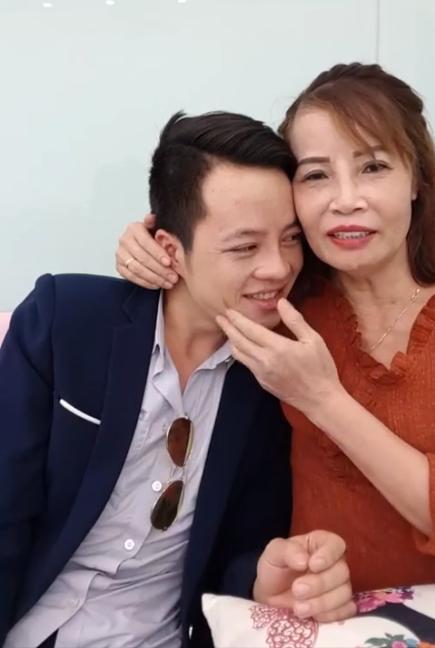 Khoe răng sáng lóa sau khi đầu tư 200 triệu, cô dâu 61 tuổi hôn chồng trẻ tóp má khi livestream khiến người xem ngán ngẩm-1