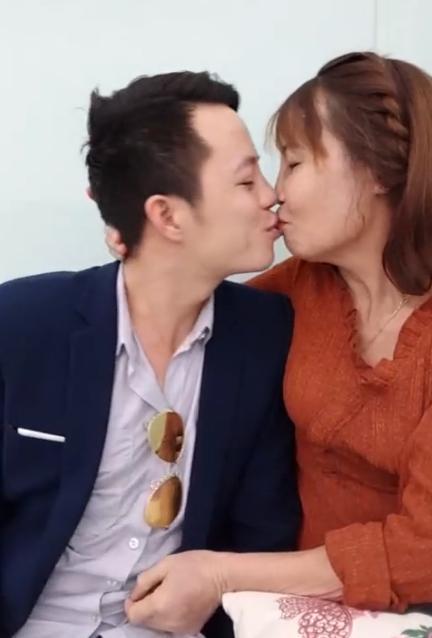 Khoe răng sáng lóa sau khi đầu tư 200 triệu, cô dâu 61 tuổi hôn chồng trẻ tóp má khi livestream khiến người xem ngán ngẩm-2