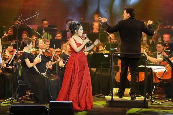Khán giả vỗ tay không ngớt khi Họa mi Opera Lan Anh hát Bolero cùng dàn nhạc giao hưởng-7