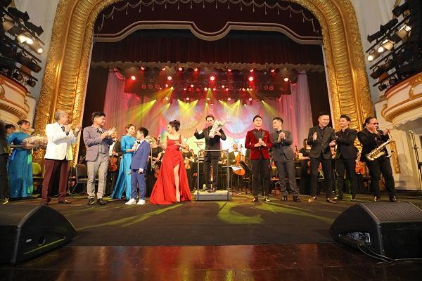 Khán giả vỗ tay không ngớt khi Họa mi Opera Lan Anh hát Bolero cùng dàn nhạc giao hưởng-8