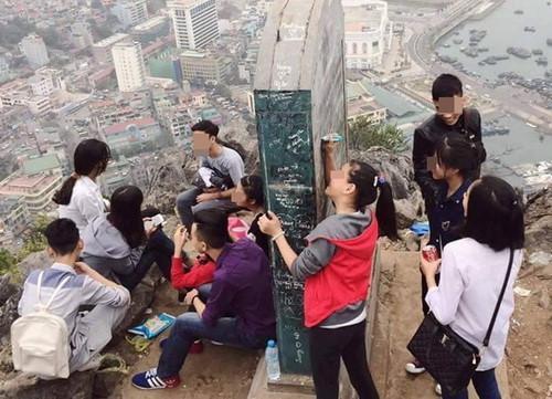 Chụp ảnh chưa đủ hay sao mà còn viết bậy chữ Hào lên di tích?-2