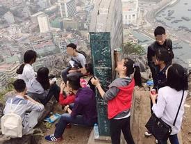 Chụp ảnh chưa đủ hay sao mà còn viết bậy chữ 'Hào' lên di tích?