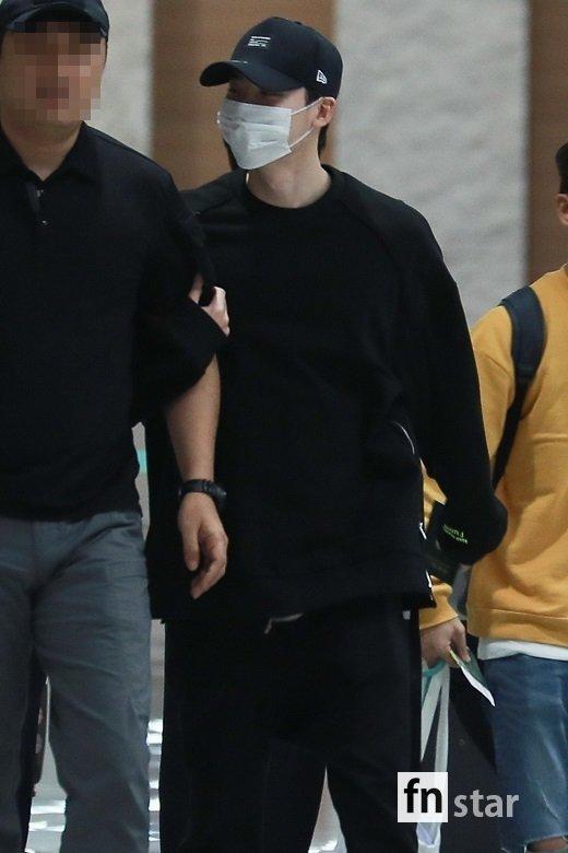 Ngôi sao Gia đình là số 1 Lee Jong Suk rạng rỡ trở về Hàn sau khi bị bắt giữ ở Indonesia-1