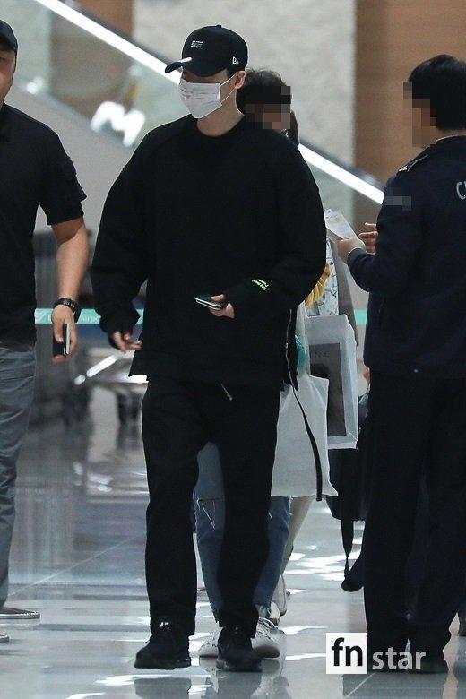 Ngôi sao Gia đình là số 1 Lee Jong Suk rạng rỡ trở về Hàn sau khi bị bắt giữ ở Indonesia-3