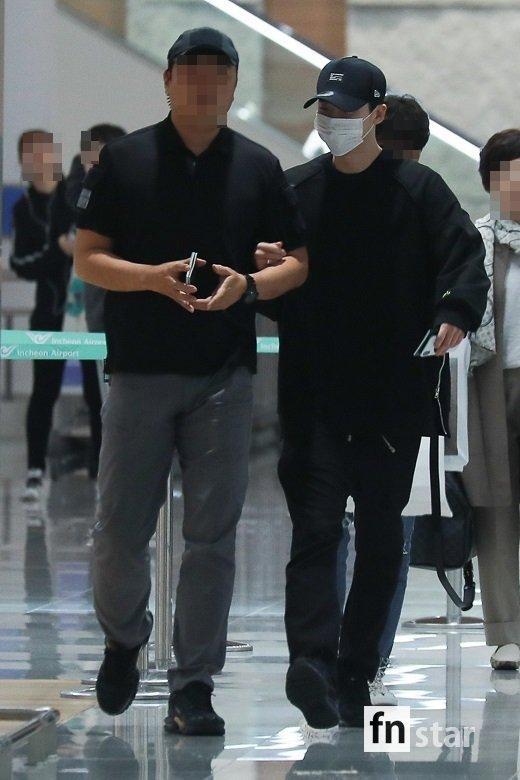 Ngôi sao Gia đình là số 1 Lee Jong Suk rạng rỡ trở về Hàn sau khi bị bắt giữ ở Indonesia-4