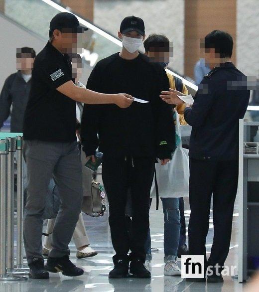 Ngôi sao Gia đình là số 1 Lee Jong Suk rạng rỡ trở về Hàn sau khi bị bắt giữ ở Indonesia-5