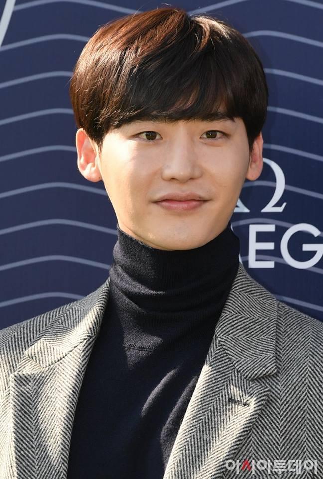 Ngôi sao Gia đình là số 1 Lee Jong Suk rạng rỡ trở về Hàn sau khi bị bắt giữ ở Indonesia-10