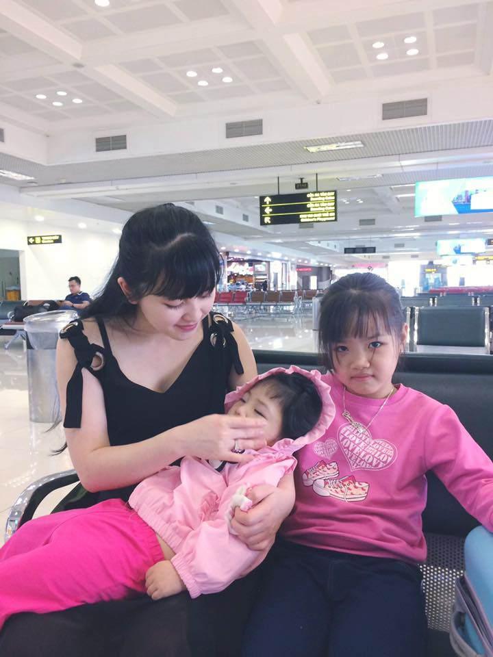 Loạt ảnh mới nhất khiến nhiều người bất ngờ về bé gái suy dinh dưỡng ở Lào Cai sau hơn 2 năm được nhận nuôi-2