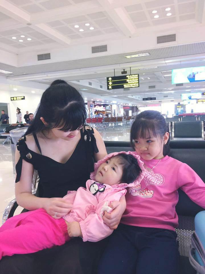 Loạt ảnh mới nhất khiến nhiều người bất ngờ về bé gái suy dinh dưỡng ở Lào Cai sau hơn 2 năm được nhận nuôi-3