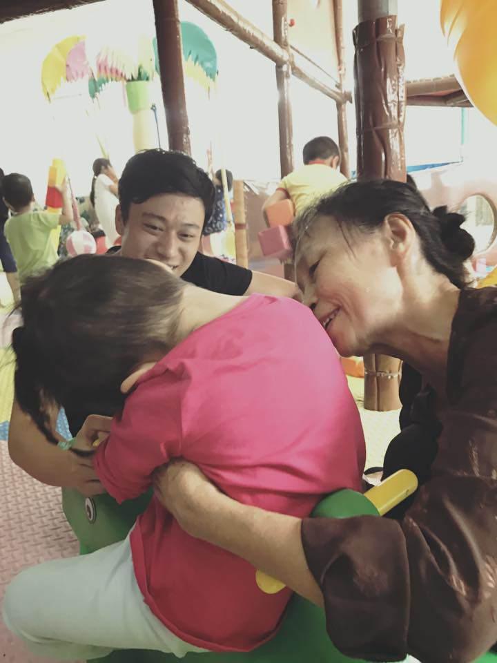 Loạt ảnh mới nhất khiến nhiều người bất ngờ về bé gái suy dinh dưỡng ở Lào Cai sau hơn 2 năm được nhận nuôi-4