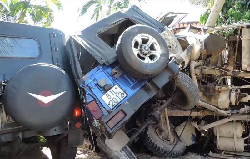 Xe ben lao vào resort tông 2 xe jeep, đè nát chân người dân-2