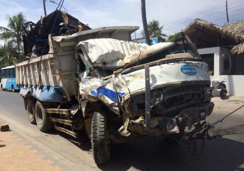 Xe ben lao vào resort tông 2 xe jeep, đè nát chân người dân-3