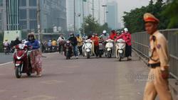 Lạ Hà Nội: Váy ngắn, váy quây ùn ùn dắt xe ngược chiều trước mặt CSGT