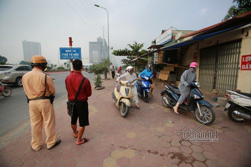 Lạ Hà Nội: Váy ngắn, váy quây ùn ùn dắt xe ngược chiều trước mặt CSGT-4