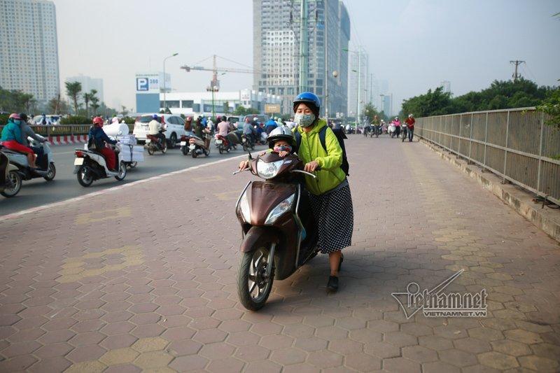 Lạ Hà Nội: Váy ngắn, váy quây ùn ùn dắt xe ngược chiều trước mặt CSGT-5