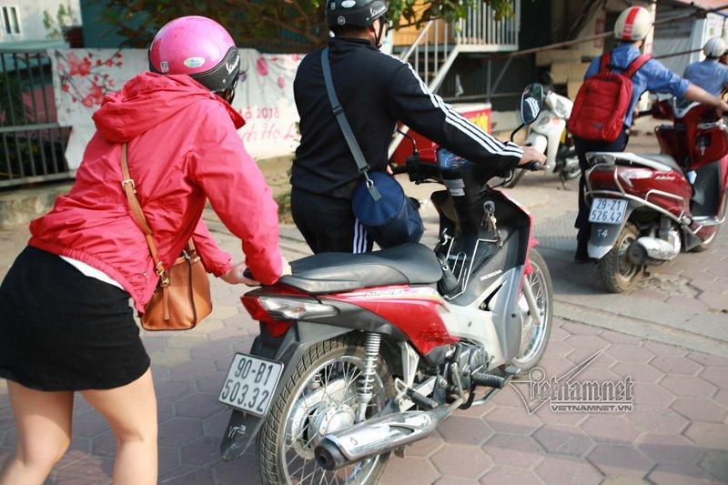 Lạ Hà Nội: Váy ngắn, váy quây ùn ùn dắt xe ngược chiều trước mặt CSGT-7