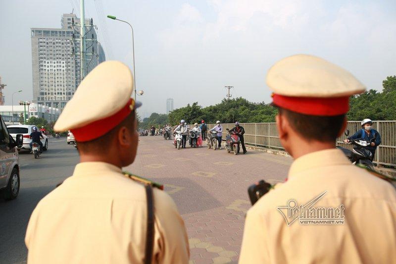 Lạ Hà Nội: Váy ngắn, váy quây ùn ùn dắt xe ngược chiều trước mặt CSGT-8