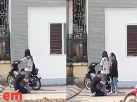 Xôn xao clip nam thanh niên quỳ gối, ôm chân để xin lỗi mặc bạn gái xua đuổi