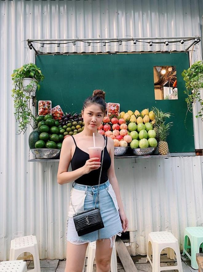 Mặc váy trái mà hồn nhiên tung tăng ra phố, bà xã Đăng Khôi khiến dân mạng sửng sốt với style ngược đời-4