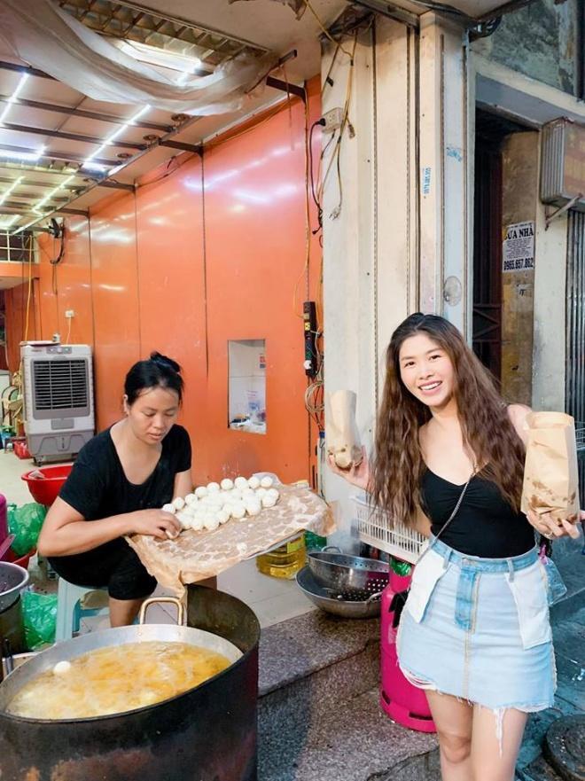Mặc váy trái mà hồn nhiên tung tăng ra phố, bà xã Đăng Khôi khiến dân mạng sửng sốt với style ngược đời-3