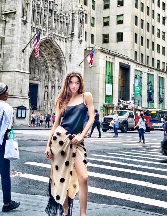 Mặc váy trái mà hồn nhiên tung tăng ra phố, bà xã Đăng Khôi khiến dân mạng sửng sốt với style ngược đời-8