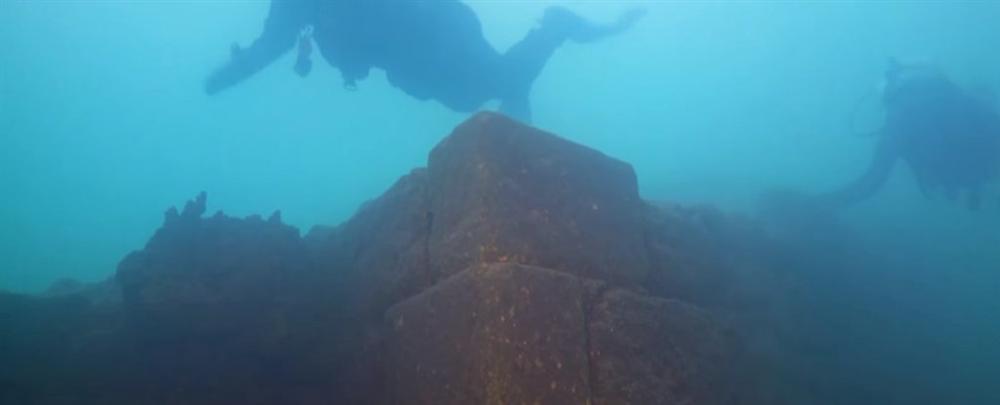 Lâu đài khổng lồ nằm dưới đáy hồ hàng nghìn năm mà không ai biết-1