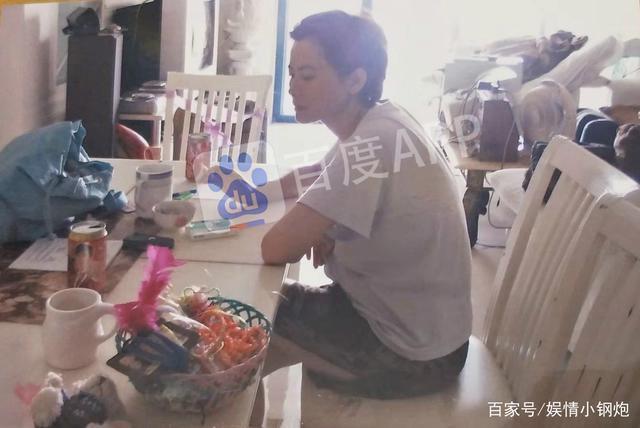 Truyền thông tiết lộ căn hộ nhỏ bé, đồ đạc bừa bộn của Lam Khiết Anh-2