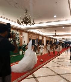 Khi cô dâu ném hoa cưới: Tưởng hội bạn thân tranh nhau lấy hoa, ai dè bỏ của chạy lấy người-1