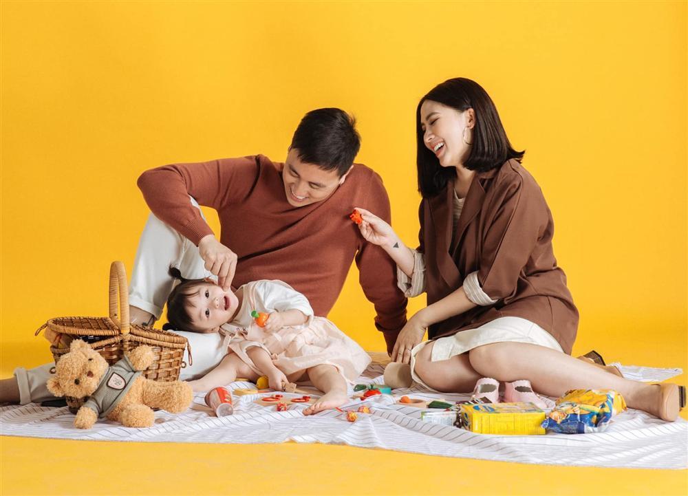 Trang Lou bị lép vế khi khoe ảnh em gái họ cùng chung chăn gối cả thời tuổi thơ-9