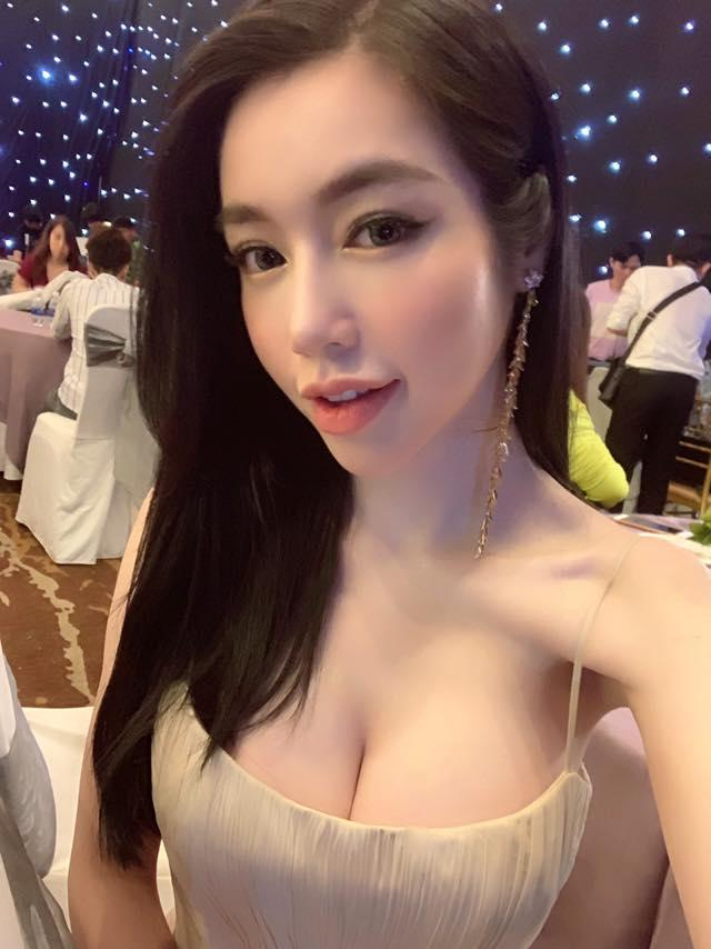 Dù sở hữu vòng 1 nóng bỏng, Elly Trần vẫn khiến khán giả khiếp sợ vì xương vai nhô lên như kiếm-3