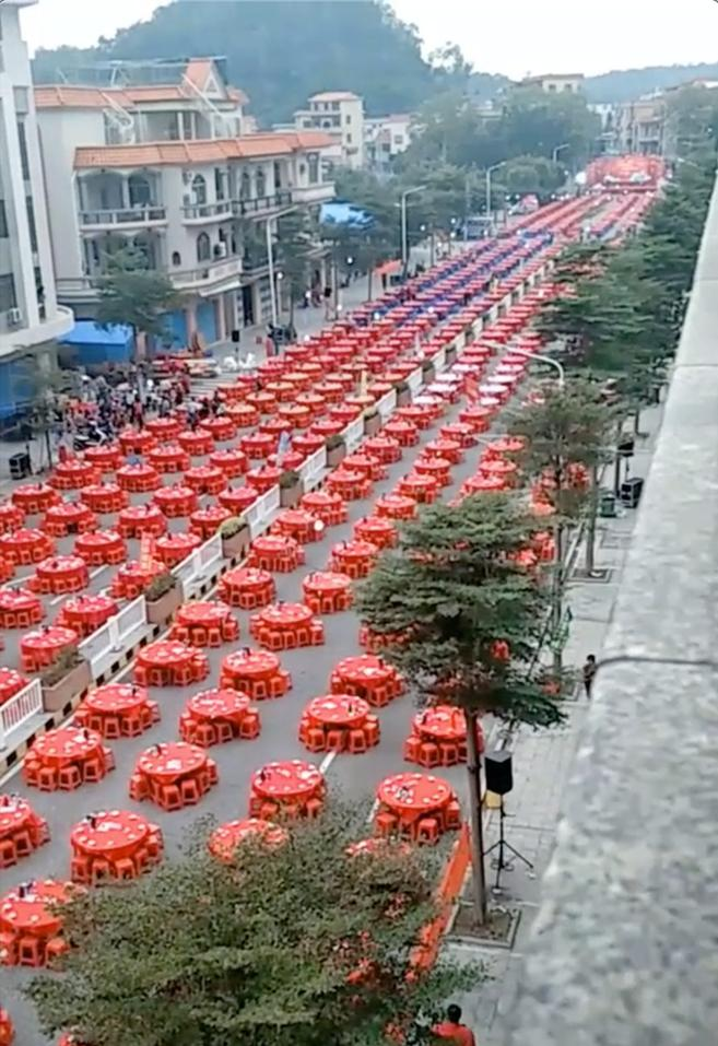 Choáng với đám cưới khủng của con nhà đại gia: Bàn tiệc đỏ rực kéo dài cả cây số, khách đông nườm nượp-1