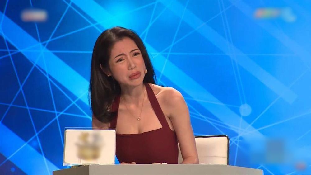 Dù sở hữu vòng 1 nóng bỏng, Elly Trần vẫn khiến khán giả khiếp sợ vì xương vai nhô lên như kiếm-4