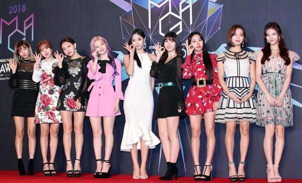 Xén váy ngắn hơn, Nayeon (Twice) vẫn không quyến rũ bằng Địch Lệ Nhiệt Ba và Ngô Cẩn Ngôn-1
