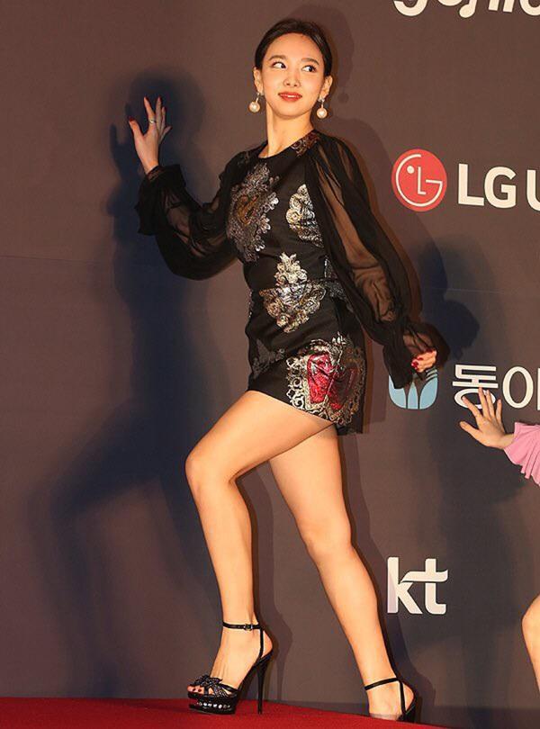 Xén váy ngắn hơn, Nayeon (Twice) vẫn không quyến rũ bằng Địch Lệ Nhiệt Ba và Ngô Cẩn Ngôn-3