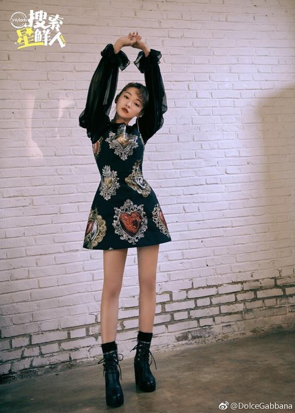 Xén váy ngắn hơn, Nayeon (Twice) vẫn không quyến rũ bằng Địch Lệ Nhiệt Ba và Ngô Cẩn Ngôn-5