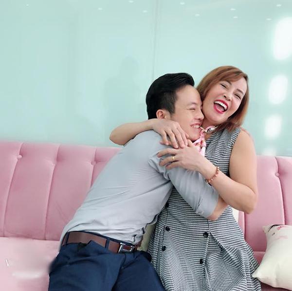 Bị miệt thị vì liên tục khoe cảnh ôm hôn chồng trẻ, cô dâu 61 tuổi cứng rắn: Bạn nhường chồng cho tôi được không?-1