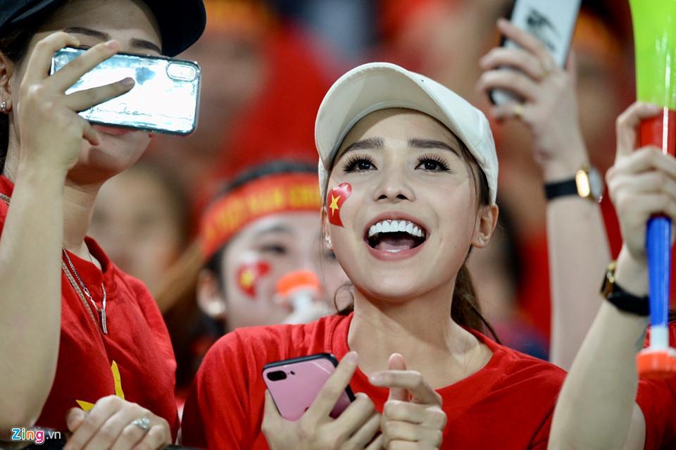 Cổ động viên xinh đẹp cổ vũ ĐTVN trên SVĐ quốc gia Lào-1