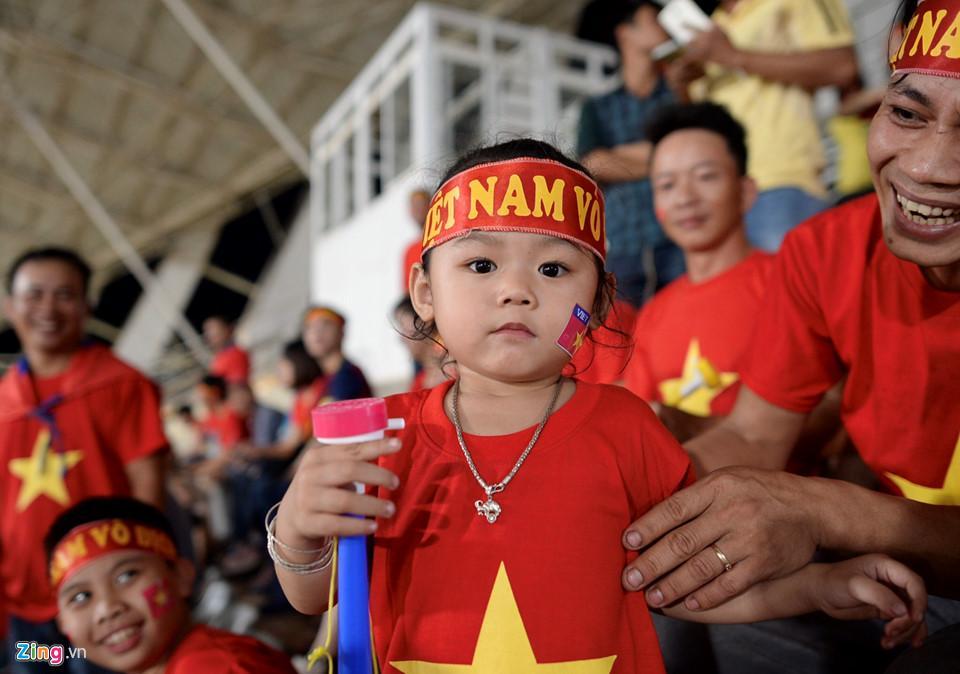 Cổ động viên xinh đẹp cổ vũ ĐTVN trên SVĐ quốc gia Lào-10