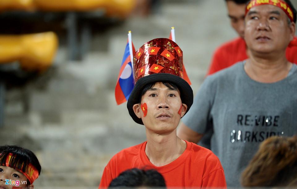 Cổ động viên xinh đẹp cổ vũ ĐTVN trên SVĐ quốc gia Lào-3