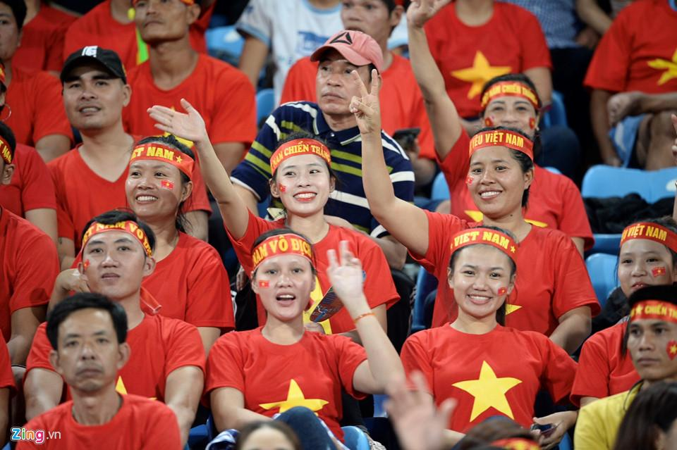 Cổ động viên xinh đẹp cổ vũ ĐTVN trên SVĐ quốc gia Lào-4