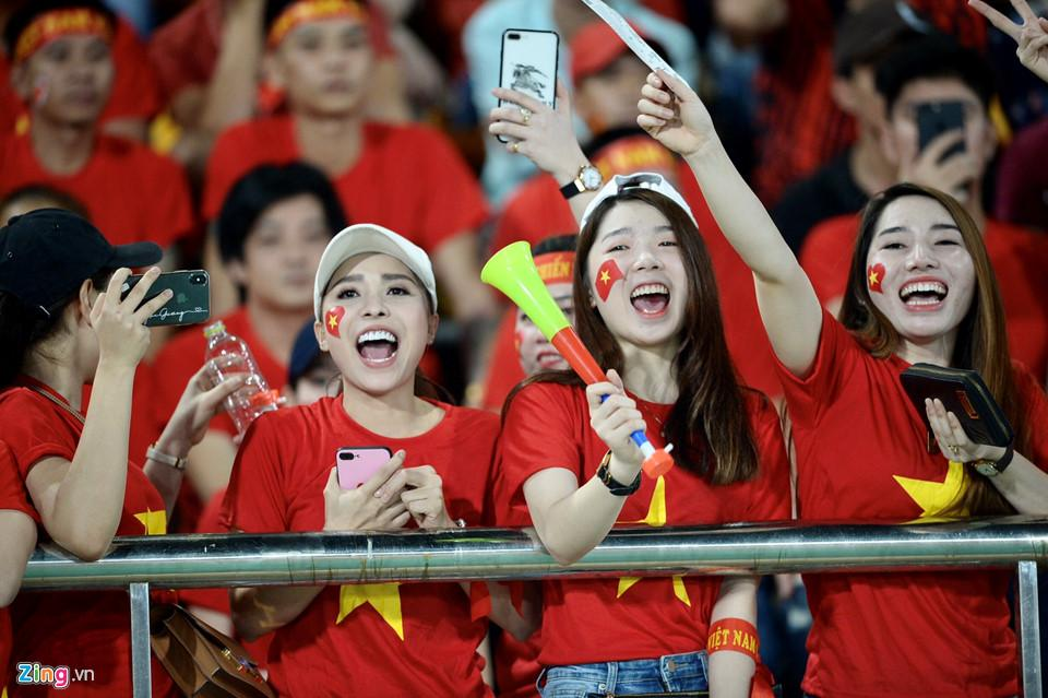 Cổ động viên xinh đẹp cổ vũ ĐTVN trên SVĐ quốc gia Lào-7
