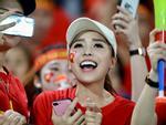 Cổ động viên xinh đẹp cổ vũ ĐTVN trên SVĐ quốc gia Lào